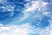 De maan en de wolken in de hemel — Stockfoto