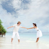 Young couple on the beach of sea — Stock Photo