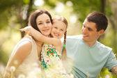 Feliz madre, padre e hija en el parque — Foto de Stock