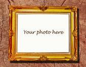 La cornice in legno bianca vintage isolata su sfondo legno — Foto Stock
