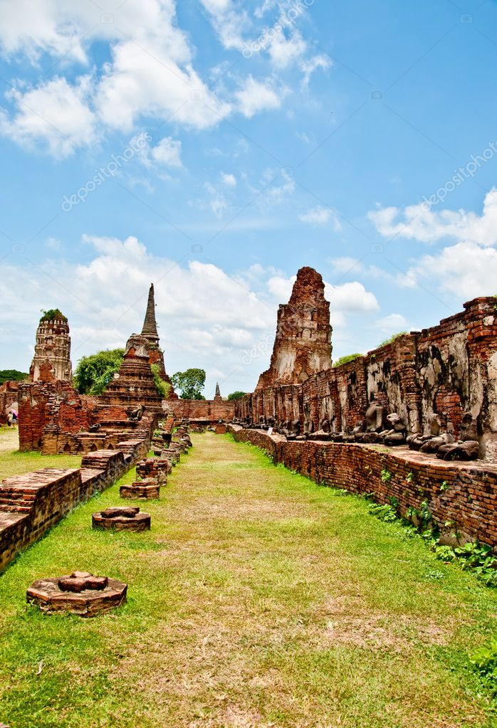The Ruin of Buddha status and temple of wat mahathat  in ayutthaya historical park, Thailand — Stock Photo #10814737