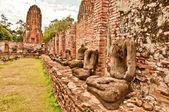 O estado de ruína de buda e templo de wat mahathat em ayuttha — Foto Stock