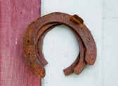 Den gamla rostiga hästsko på trä bakgrund — Stockfoto