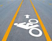 O sinal de estrada bicicleta pintado na calçada — Fotografia Stock