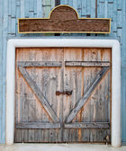 The Old wooden door in farm — Stok fotoğraf