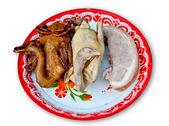 Haşlanmış ördek ve tavuk ve domuz eti beyaz zemin üzerine izole tepsi — Stok fotoğraf