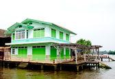 川沿いの美しい家 — ストック写真