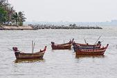 Длиннохвостый лодки рыбака на море — Стоковое фото