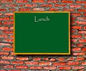 Tablica zielona menu z pustej przestrzeni na tle ściany cegła — Zdjęcie stockowe
