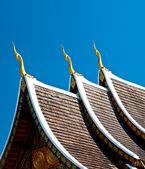 蓝蓝的天空背景上寺的美丽的屋顶 — 图库照片
