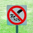 The sign of no feeding bird and fish on green grass background — Stock Photo