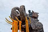 De status van de buddha met houten olifant — Stockfoto