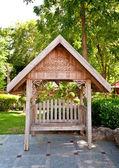 De houten bank met thaise stijl dak buiten — Stockfoto