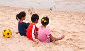 трое детей, живущих на берегу. — Стоковое фото