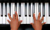 Hand on piano keyboard — Stock Photo