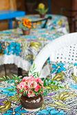 Blumenvase auf tisch — Stockfoto