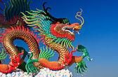 Dragon standbeeld en natuurlijke blauwe hemelachtergrond — Stockfoto