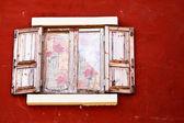 Světlé dřevo okno na staré zdi — Stock fotografie