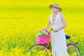 Vrouw en fiets — Stockfoto