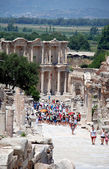 Ephesus, near Izmir, Turkey Tourists in front of the library of Celsius — Stock Photo