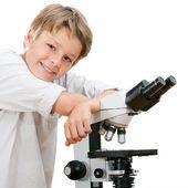 Bel giovane studente con microscopio. — Foto Stock