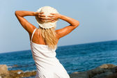 Woman in white looking at sea. — Stock Photo