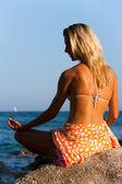 Junge attraktive Frau in spirituellen Yoga Stellung im freien. — Stockfoto