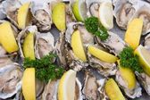 Oysters with lemons — Stock Photo