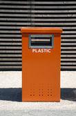 Odpadkový koš oranžový — Stock fotografie