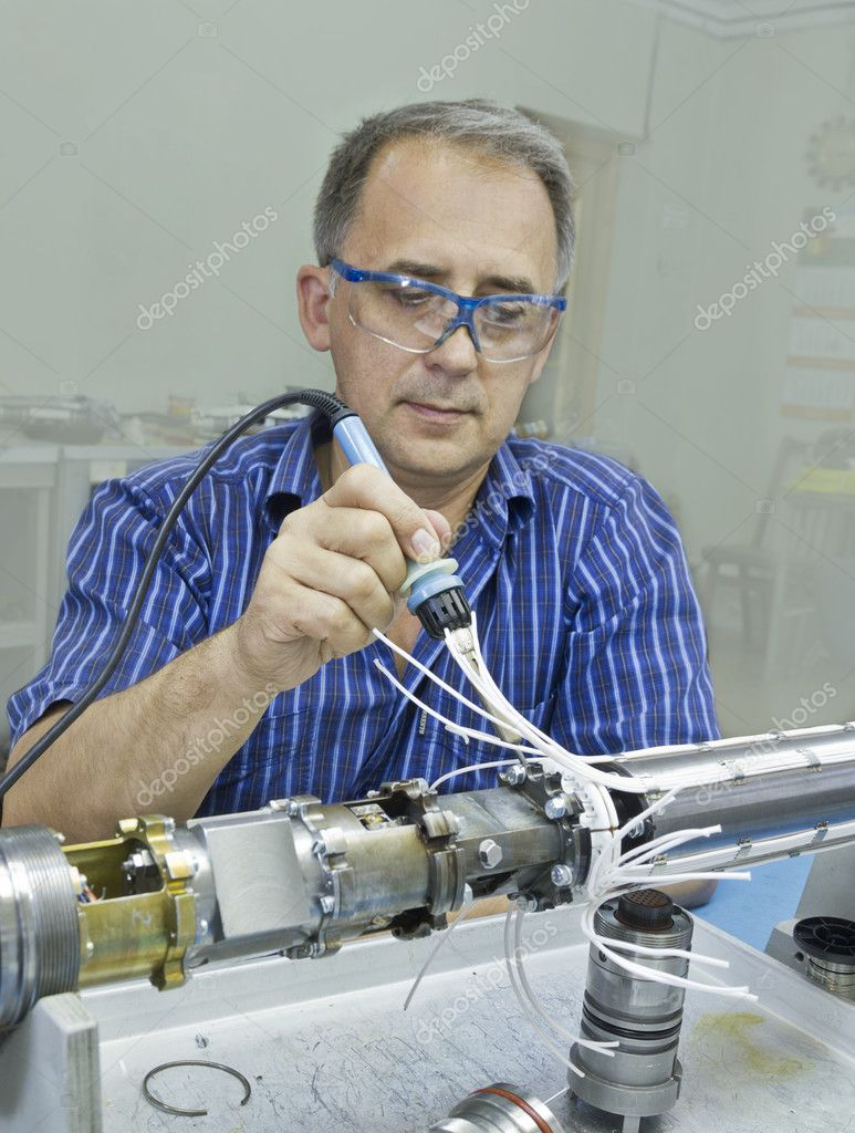 Specialist performs the assembly equipment. — Stockfoto #11852784