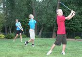 три молодых гольфиста – семейная забава — Стоковое фото