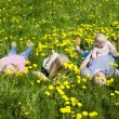 Happy family is in dandelions — Stockfoto