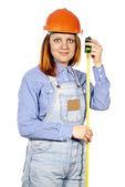 Builder è la ragazza in un casco e un metro a nastro — Foto Stock