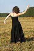 Girl posing on the field — ストック写真