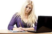 Meisje zegt met een laptop — Stockfoto