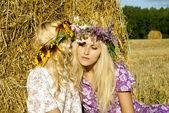Flickor nära höstackar — Stockfoto