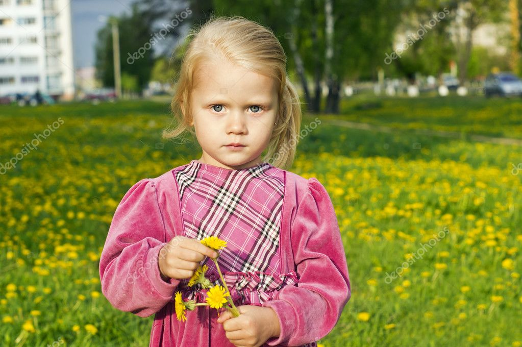 Beautiful girl on the nature from the dandelion — Stock Photo #11996606