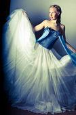 красивая девушка в юбке белый пушистый — Стоковое фото