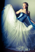 Linda garota em uma saia branca e fofa — Foto Stock