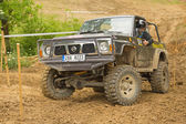 越野汽车在泥泞地形困难 — 图库照片