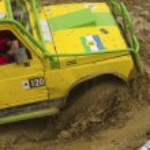 Yellow terrain vehicle exceeds a deep pool — Stock Photo