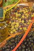 Surtido de ensaladas de aceitunas en el mercado — Foto de Stock