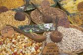 Diversos tipos de nueces en el mercado. — Foto de Stock