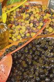 Aceitunas, encurtidos y ensaladas en el mercado. — Foto de Stock
