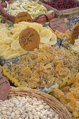 Frutas cristalizadas e nozes no mercado. — Fotografia Stock