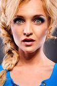 Ritratto di giovane donna sorpresa — Foto Stock