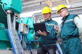 Trabajadores industriales con el cuaderno, trabajo en equipo — Foto de Stock