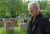 Man in cemetery — Stock Photo