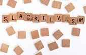 Tuiles de scrabble épeler ' slacktivism' — Photo