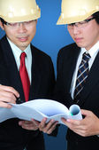 Zwei asia-ingenieure diskutiert — Stockfoto